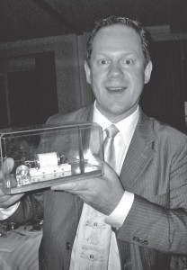 4. ábra: A szerző a rubinlézer prototípusával (fotó: Ingenegeren).