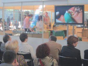 Az előadóteremben korszerű technikai háttér, rendkívül színvonalas előadások és sok résztvevő.