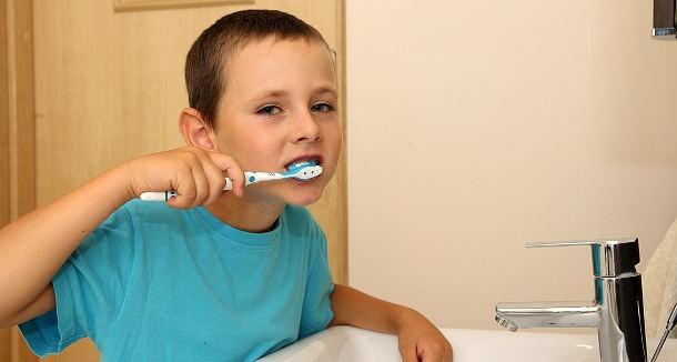 A brit szülők egy része fizet gyermekeinek a fogmosásért