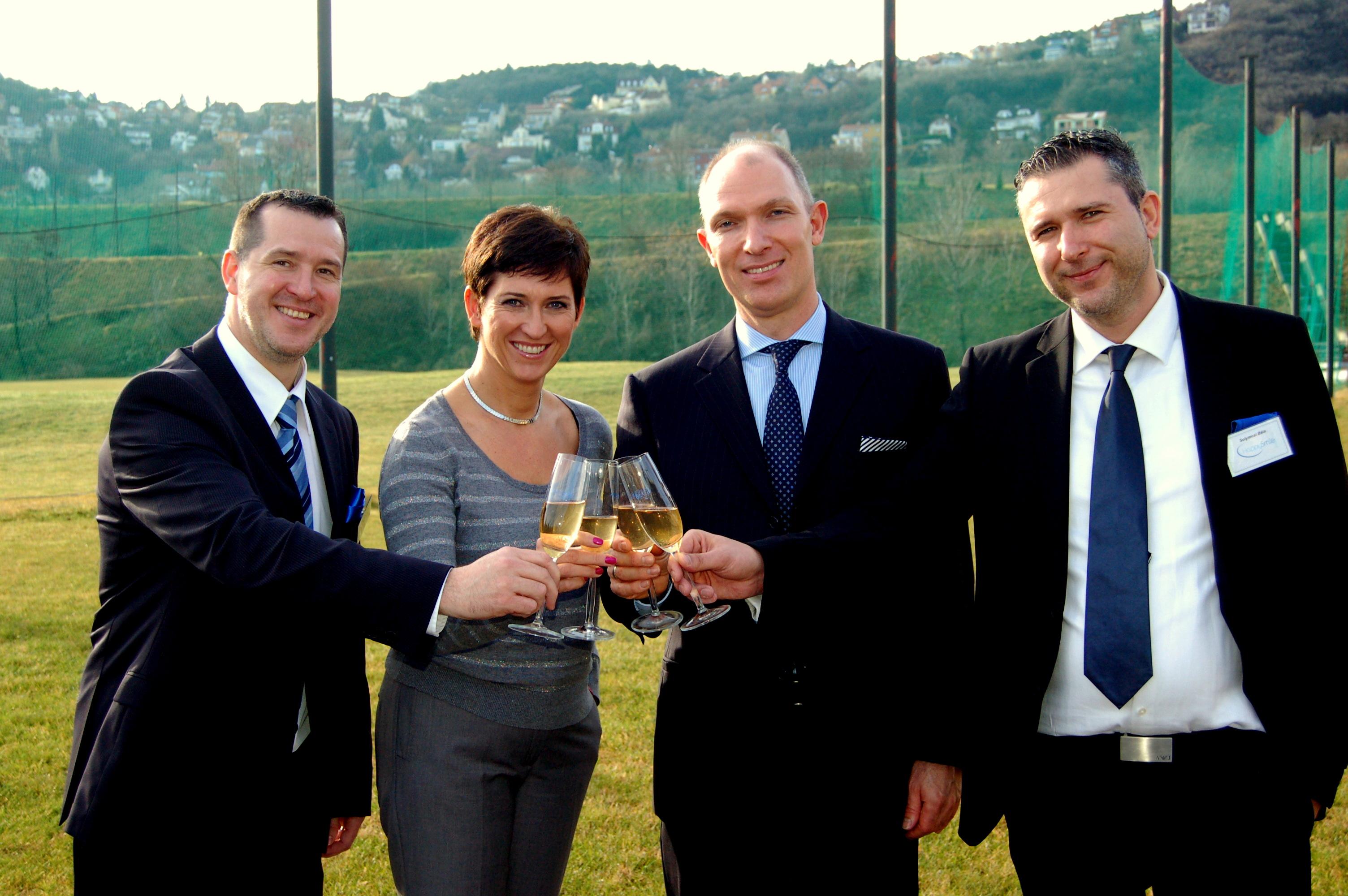 Balról: Langmár Zsolt laborvezető, dr. Borsos Gabriella Phd, dr. Csiki Péter MSc, Solymosi Béla kereskedelmi vezető.