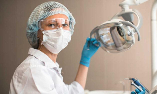 Hogyan befolyásolja a COVID-19 világjárvány a fogorvosi gyakorlatot?