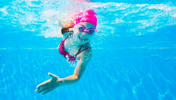 A versenyszerűen úszó gyermekeknél hatszor nagyobb a fogak elszíneződésének valószínűsége