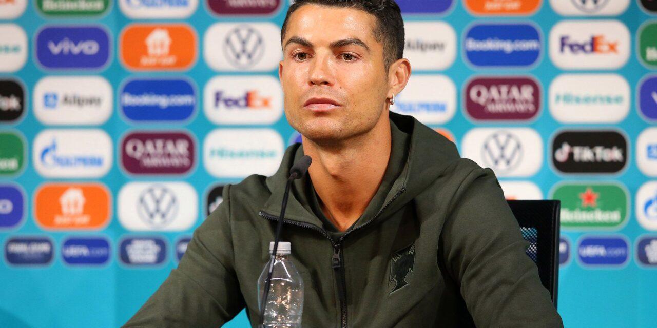 """""""A cukros italok vége?"""" – Ronaldo Coca Cola – Víz cseréje milliárdokkal csökkentette a cég piaci értékét"""
